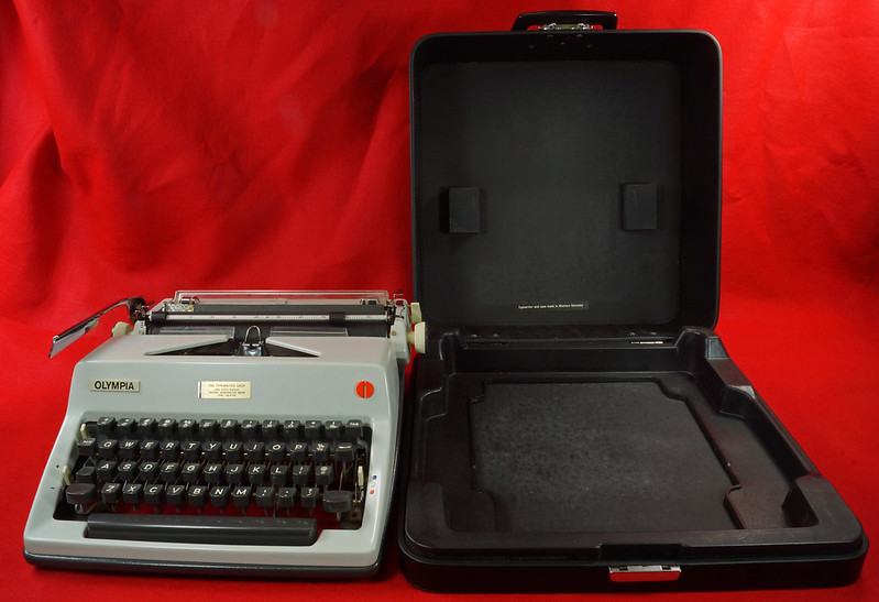 RD18946 1969 Olympia SM9 De Luxe Portable Typewriter with Hard Shell Case & Manual SN 3933039 DSC03199