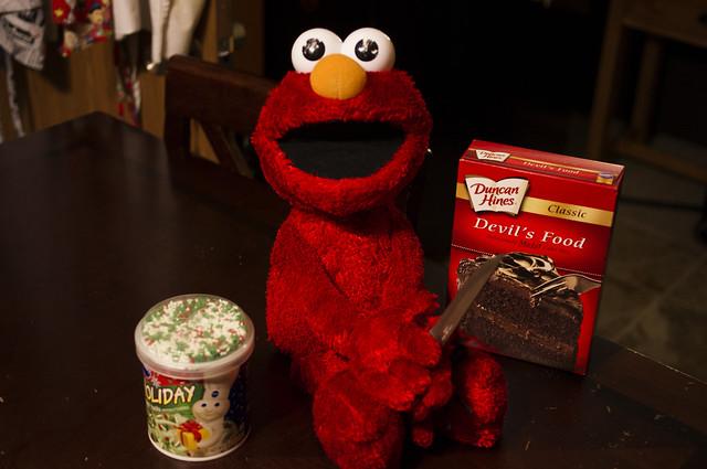 Elmo bakes