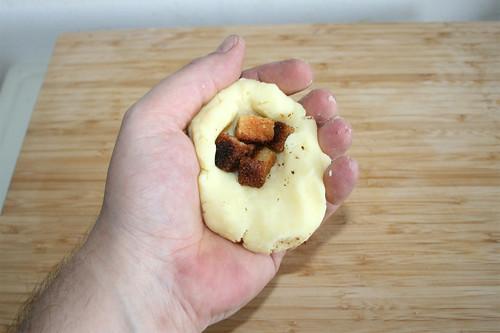 70 - Geröstete Brotwürfel in Kloßteig platzieren & Put roasted bread in dumpling dough