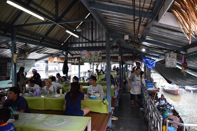 食べ物屋台がメインで、お客は船で買った物をレストランで食べる