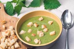 Zupa z pokrzywy z grzankami