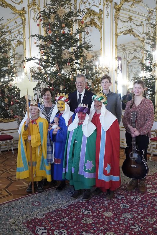 Sternsingergruppe aus der Pfarre Fernitz (Graz-Seckau) bei Bundespräsident Van der Bellen