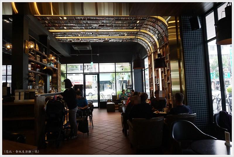 卡啡那CAFFAINA 大墩店-6-店內裝潢書牆