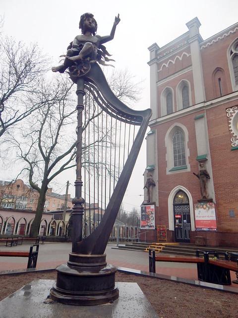 Біля органного— новаскульптура і музика Баха, Моцарта й Бетховена