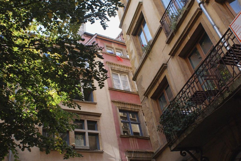 Une vue sur les fenêtres et balcons du quartier de Saint Jean à Lyon.