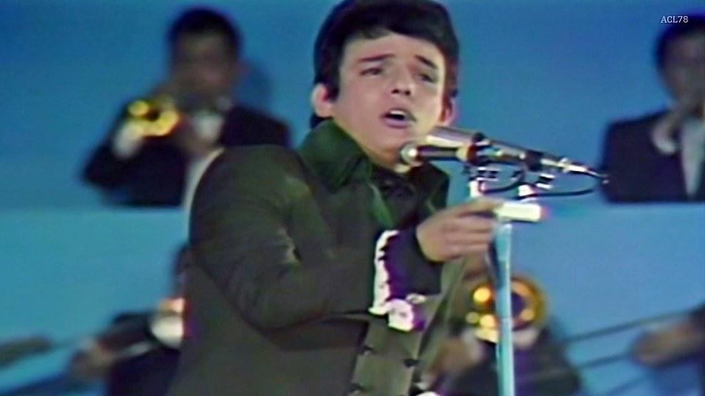 PÁG. 8 (4). José José cantando El Triste, en el II Festival Internacional de la Canción Latina, realizado en el Teatro Ferrocarrilero de la Ciudad de México, el 25 de marzo de 1970.