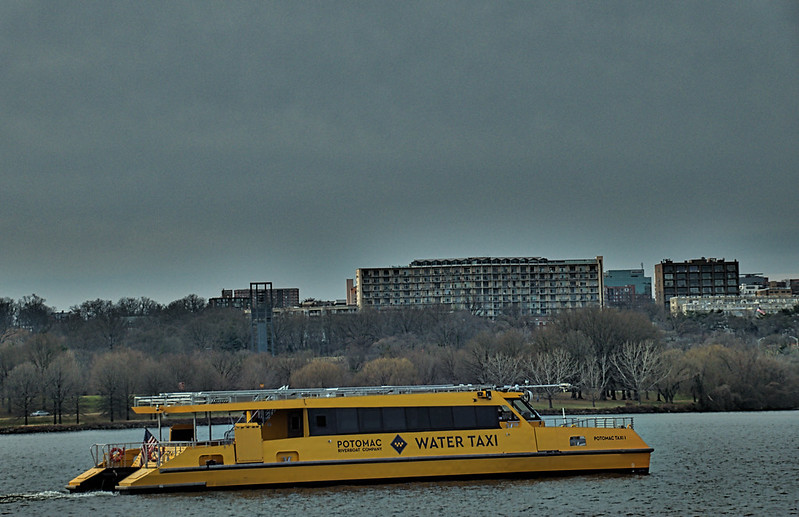 Water Taxi on the Potomac -- Washingotn (DC) December 2017
