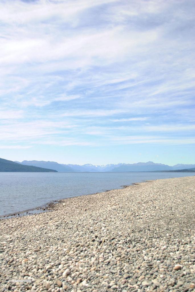 Kivikkoinen ranta Te Anaussa, Uusi-Seelanti