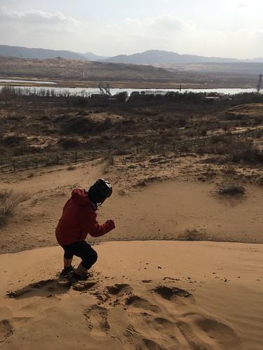 さらさらの砂にテンションが上がる福士くん