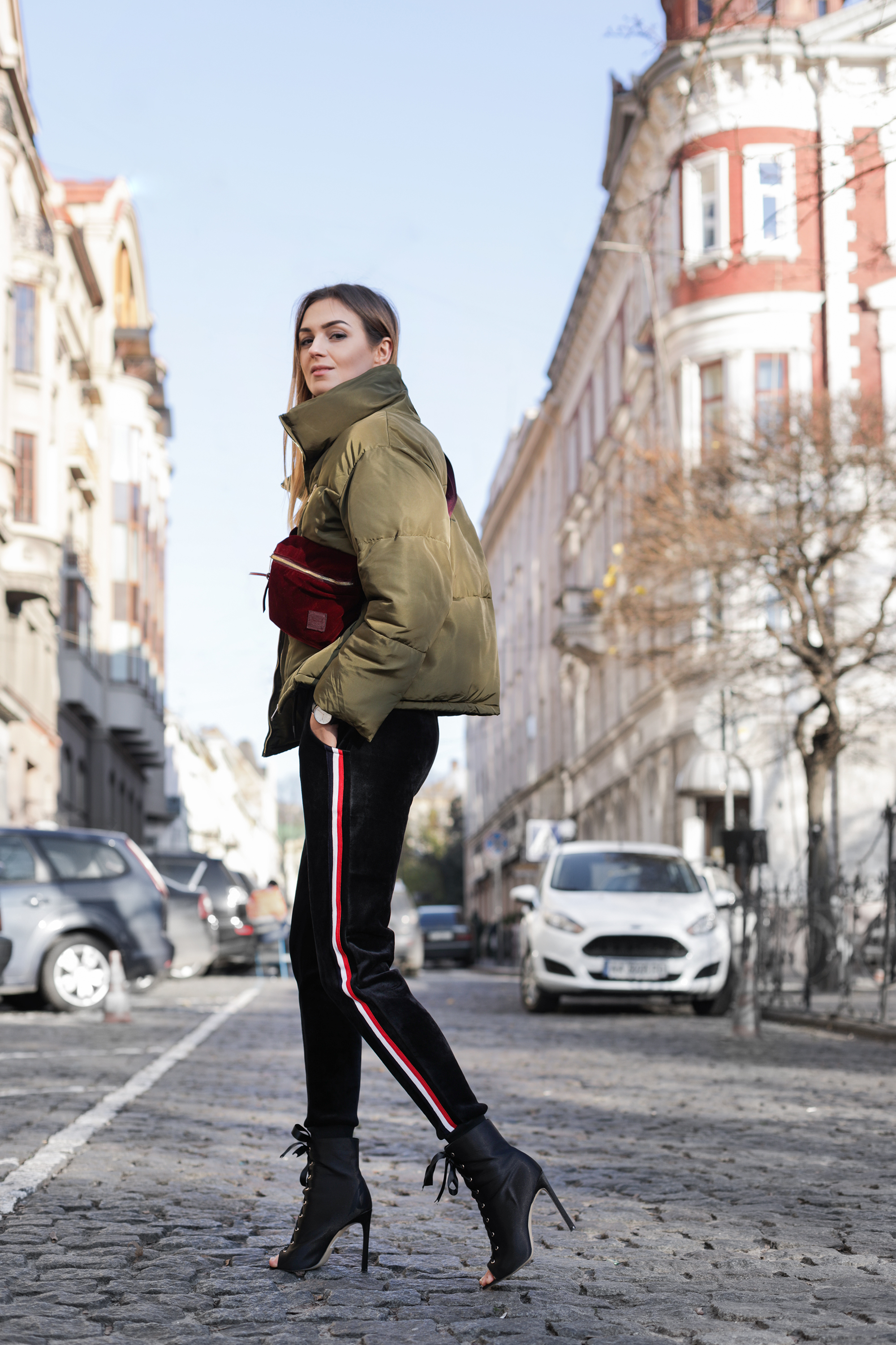 fashion-blogger-puffer-jacket-outfit-track-pants-street-style