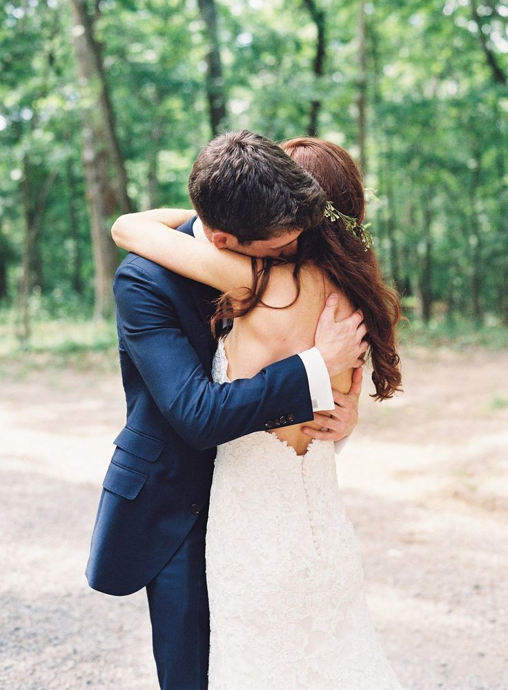 Wedding Photography Inspiration : First look hug