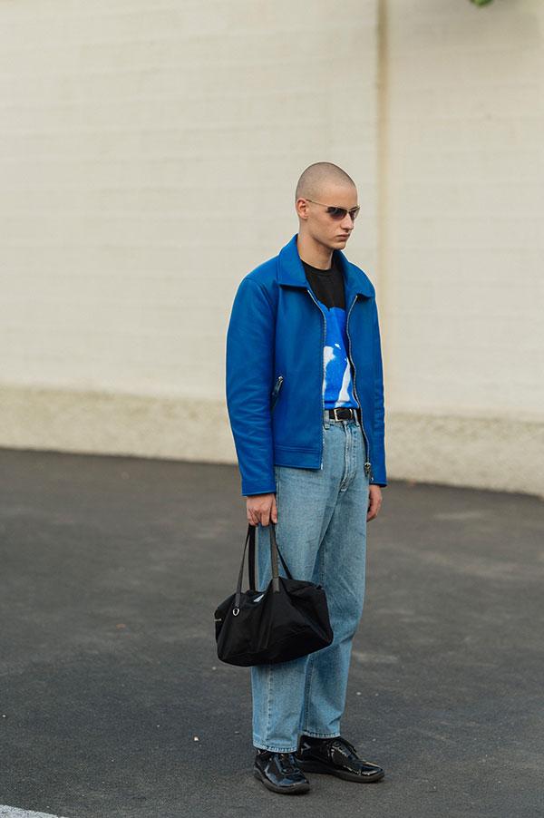 青レザージャケット×黒Tシャツ×デニムパンツ×黒エナメルスニーカー