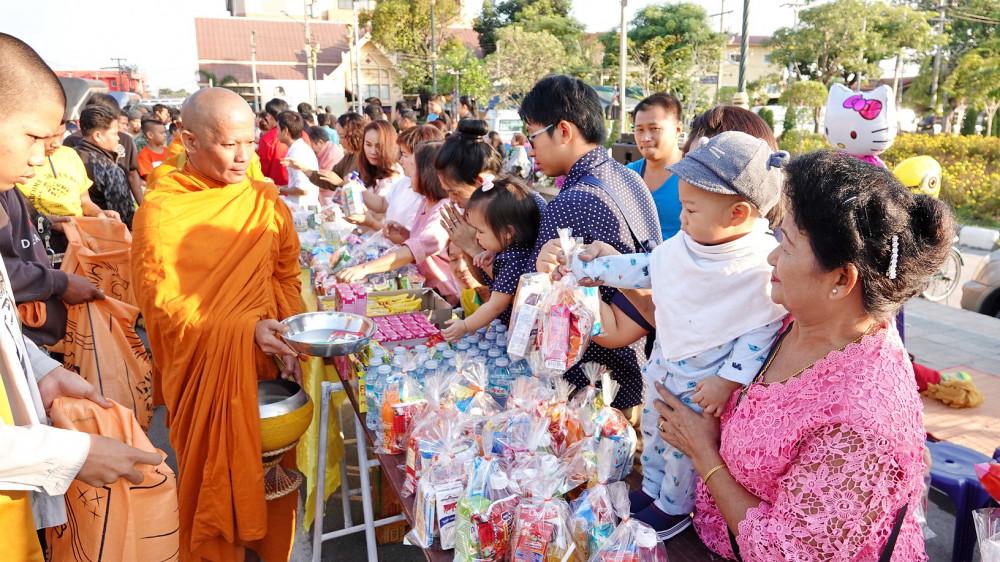 Umat Buddhis Thailand memberikan dan makanan kepada para bhikkhu dalam kegiatan pindapata pada hari pertama tahun Baru 2018.