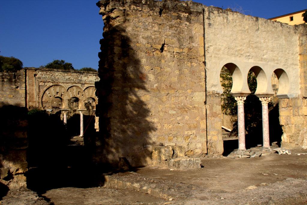 entre la luz del sol y sombras diversas: Medina Azahara