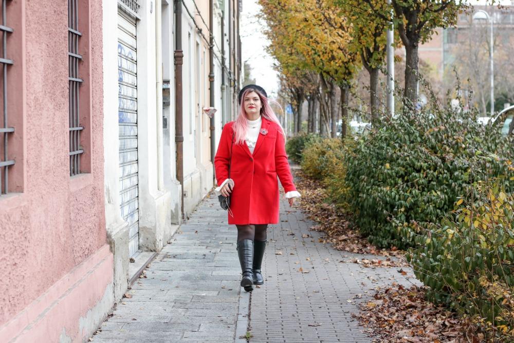 Outfit plus size rosso bianco e nero, maglione con balze e gonna ricamata (4)