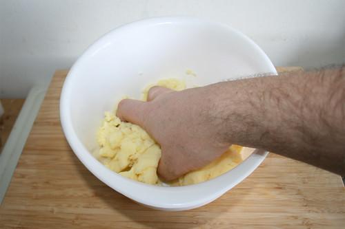 69 - Knödelteig durchkneten / Knead dumpling dough