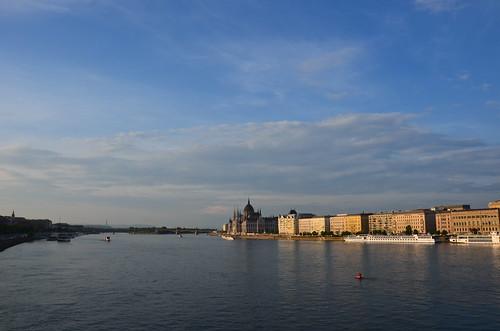 Von der Elisabethbrücke aufgenommener Blick auf Donau und Parlament.
