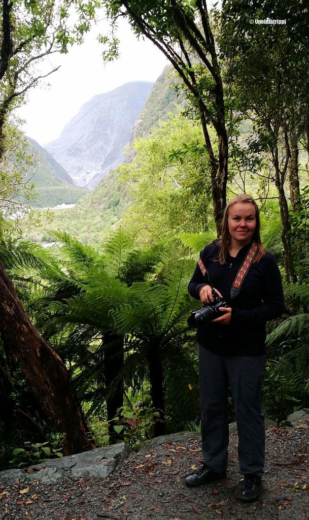 Jenni sademetsässä Foxin jäätiköllä, Uusi-Seelanti