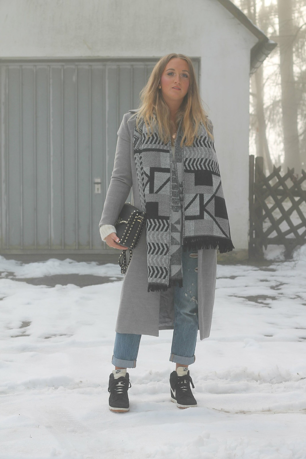 grey-coat-and-sneakers-whole-look-wiebkembg