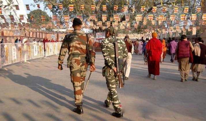 Petugas keamanan berjaga-jaga di kompleks Maha Vihara Mahabodhi, Bodh Gaya, Bihar, India.