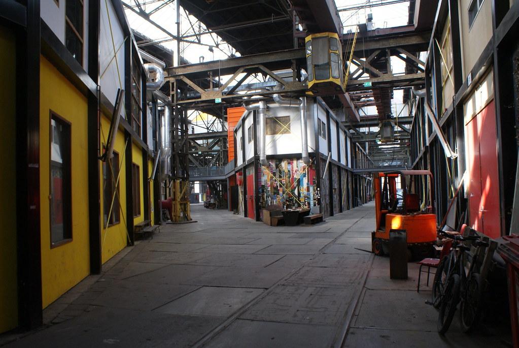 Rue multicolore du hangar de la NDSM d'Amsterdam.