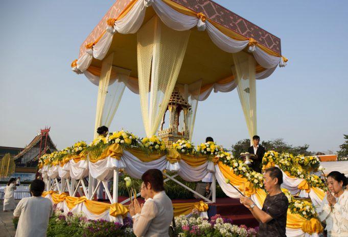 Umat Buddha melakukan pradaksina mengelilingi relikui Sri Buddha di Bangkok pada Hari Magha Puja 2560 / 2018.