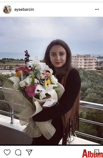 Ayşe Barcın, ilk iş gününde kuzeni Aysun Erdinç Barcın tarafından gönderilen çiçek buketi ile çektirdiği bu fotoğrafı takipçileriyle paylaştı.