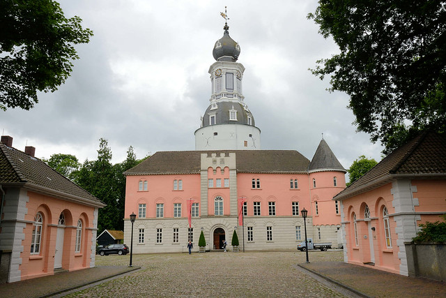 DSC_1135 Jever Schloss - Wahrzeichen der Stadt, zu Beginn Häuptlingsburg, Regierungssitz Fräulein Marias (Umbau im Stil der Renaissance) danach Sitz des Drosten - jetzt Nutzung als Heimatmuseum.