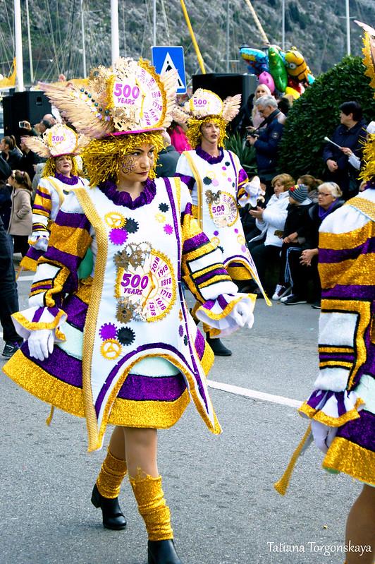 """Девушки в костюмах """"500 лет Которского карнавала- всегда и навсегда"""""""