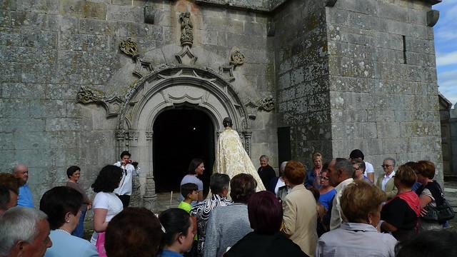 Ano 2015: Día da Virxe na parroquia de Santo Estevo de Sandiás (Ourense). Un momento da puxa para meter á virxe na igrexa (31 de maio de 2015).