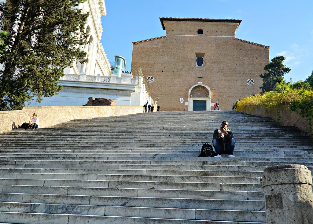 Santa Maria in Aracoelin karu julkisivu ja portaat