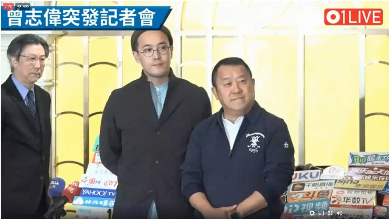 曾志偉在仔仔曾國祥陪同下現身記者會。
