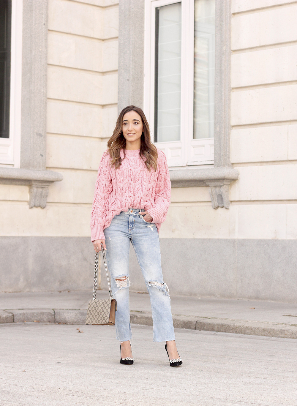 Pink chunky sweater ripped jeans gucci bag uterqüe heels casual winter outfit 2018 look invierno jersey rosa zara12