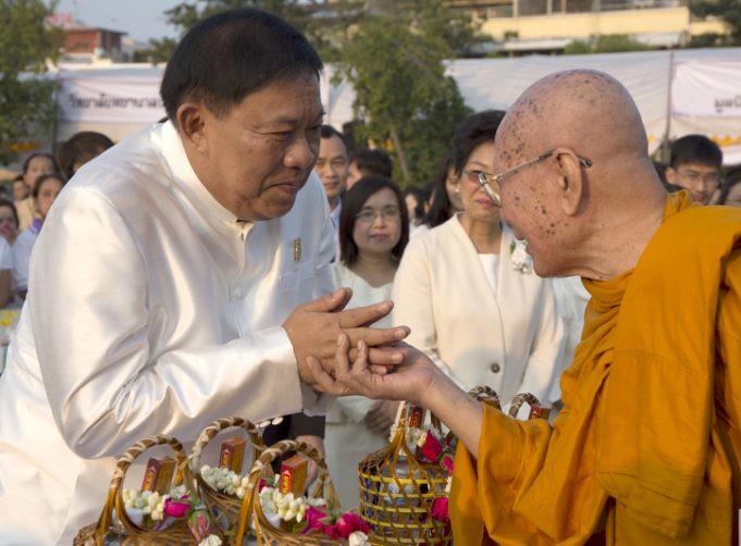 Gubernur Bangkok (kiri) bersama dengan Sangharaja (kanan) dalam pindapata Hari Magha Puja 2560 / 2018 di Bangkok, Thailand