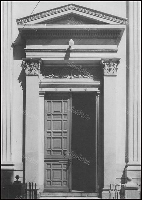 Πλάγια Ρίσοδος της Ρκκλησίας του Αγίου Νικολάου στην Ερμούπολη Σύρου. Φωτογραφία: ΞœΞ¬ΞΊΞ·Ο' Σκιαδαρέσης.