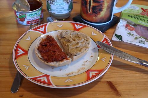 Vegetarische Brotaufstriche Pastasciutta und Hummus auf Kaiserbrötchen