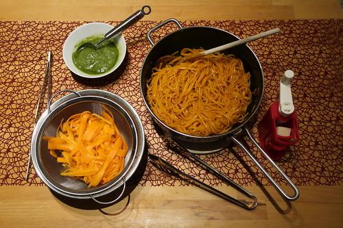 Bavette in Möhrensaft gekocht, mit marinierten Möhren, Möhrengrünpesto und Parmesan (Bestandteile)