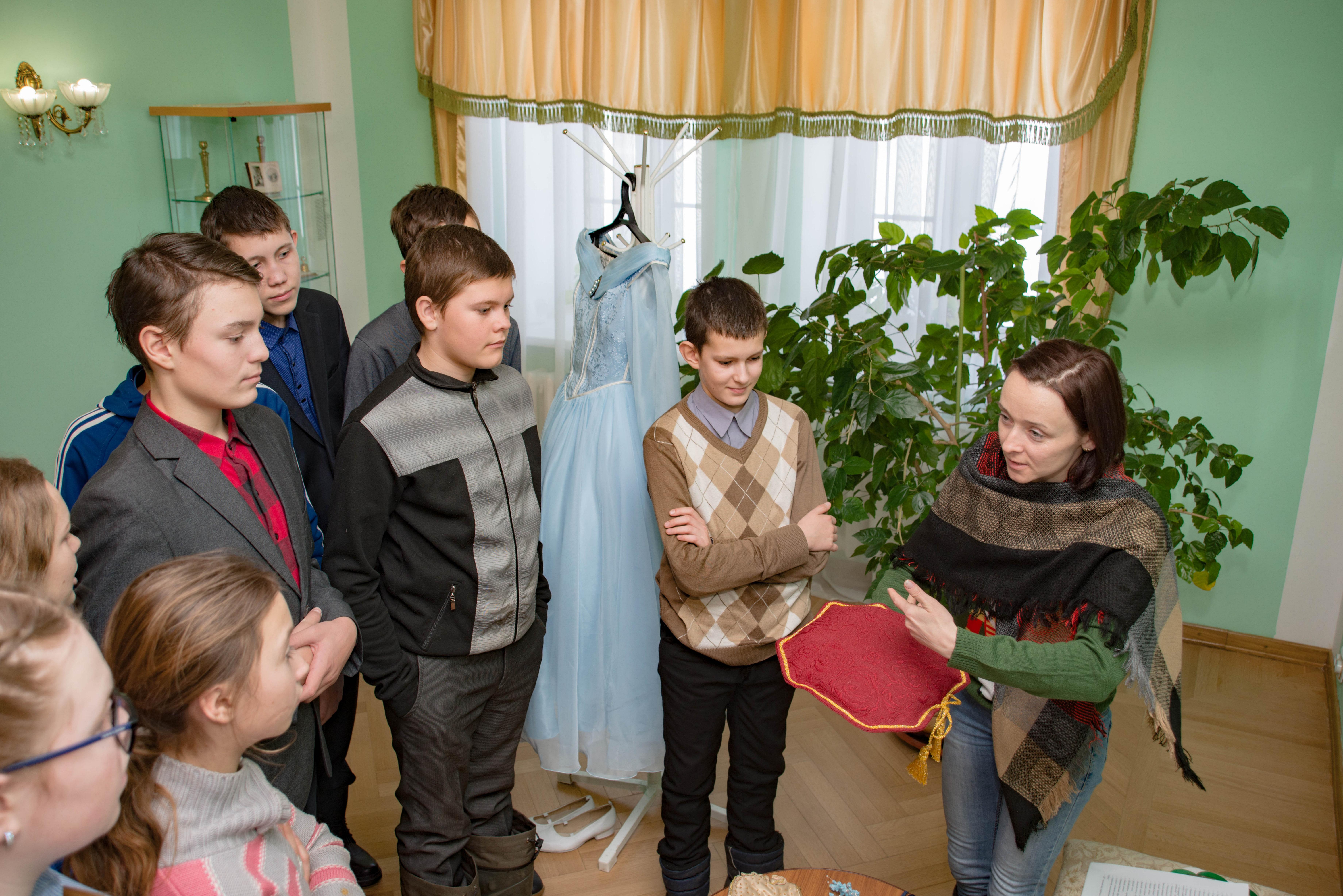 Экскурсовод Федорова М. на выставке «Наряды необходимы счастью женщины, как цветы весне...»