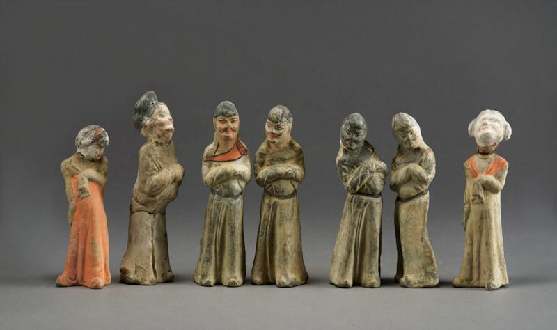 小型サイズの《加彩胡人俑》7体(730年、甘粛省慶城県穆泰墓出土、慶城県博物館蔵)
