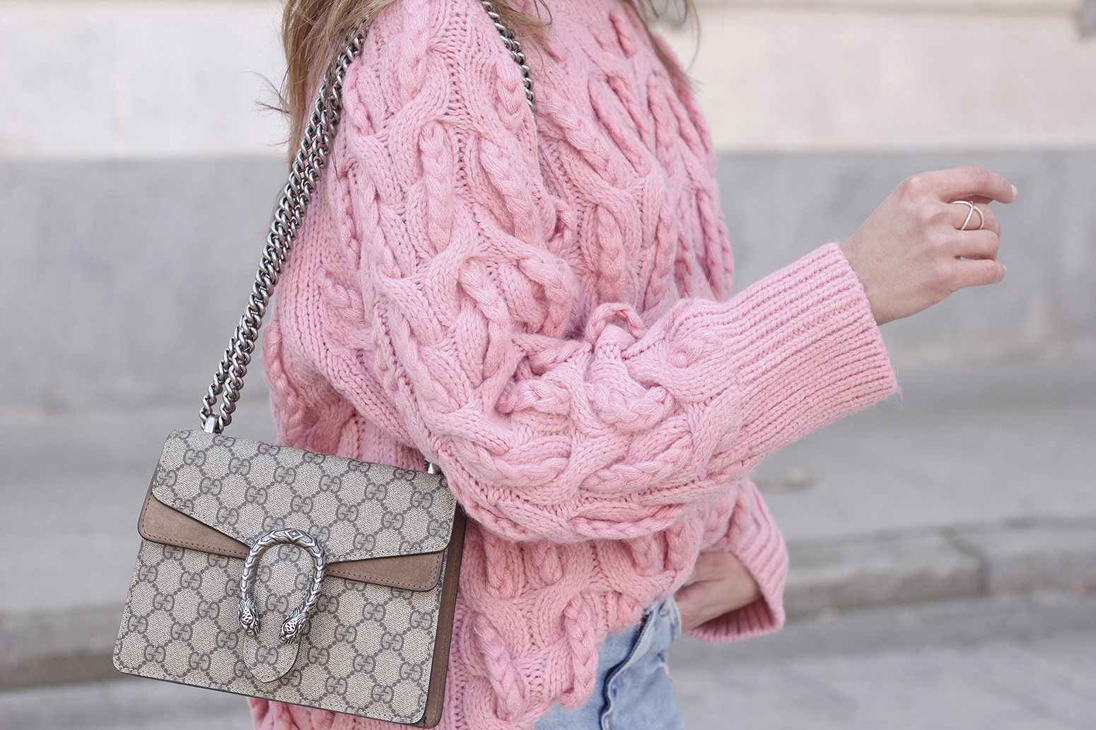 Pink chunky sweater ripped jeans gucci bag uterqüe heels casual winter outfit 2018 look invierno jersey rosa zara07