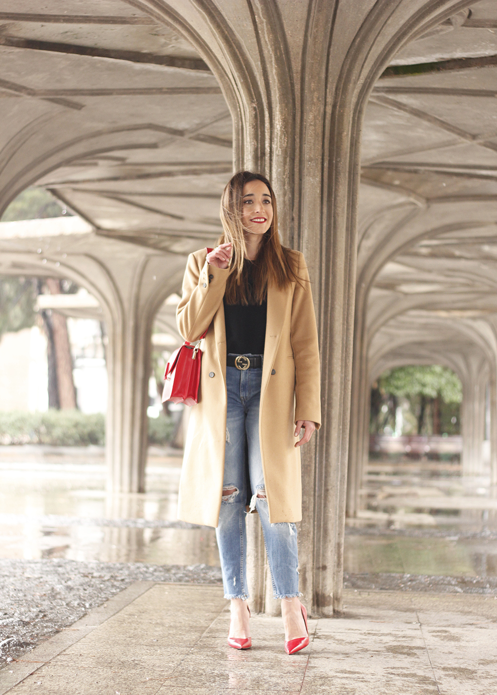 camel coat red valentinobags black outfit winter style fashion03