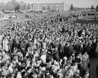 06-22-1954_12523 Drukte voor Billy Graham