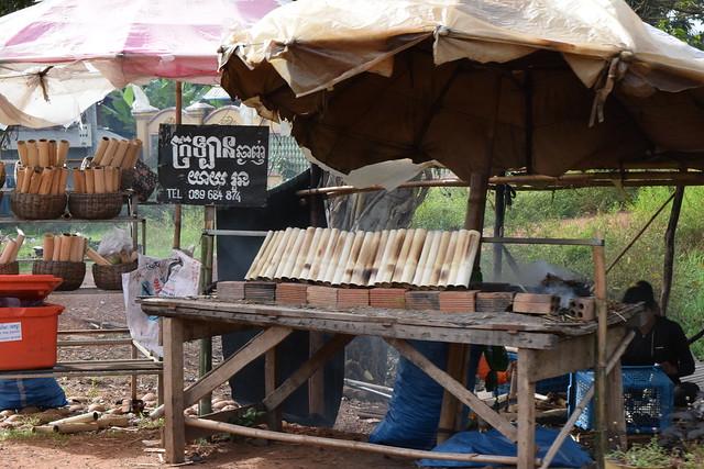 竹筒で蒸し焼きにするカンボジア風おこわのクロラン