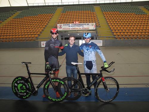 Adolfo Bellido, ciclista con deficiencia visual, entrenando en al velódromo