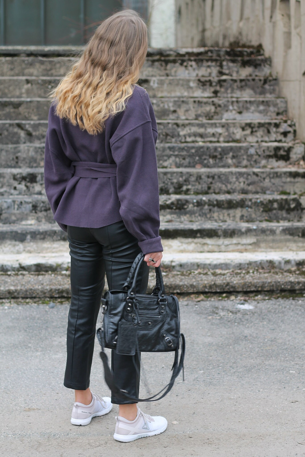 leather-pants-and-sneakers-whole-look-back-wiebkembg
