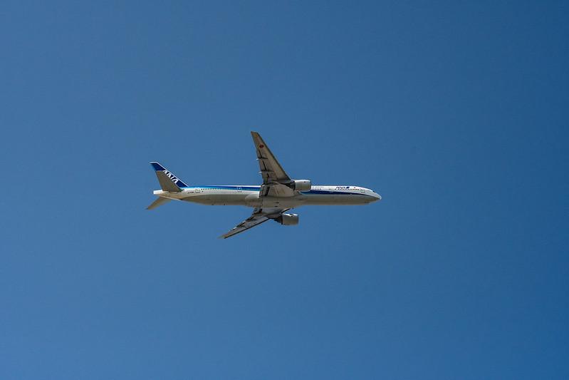 城南島海浜公園の上空を飛ぶANA機