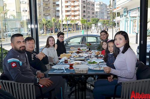 Ali Öztürk ve ailesi Adana'dan gelen misafirleriyle birlikte Mezza Gurme'de keyifli bir pazar geçirdi.