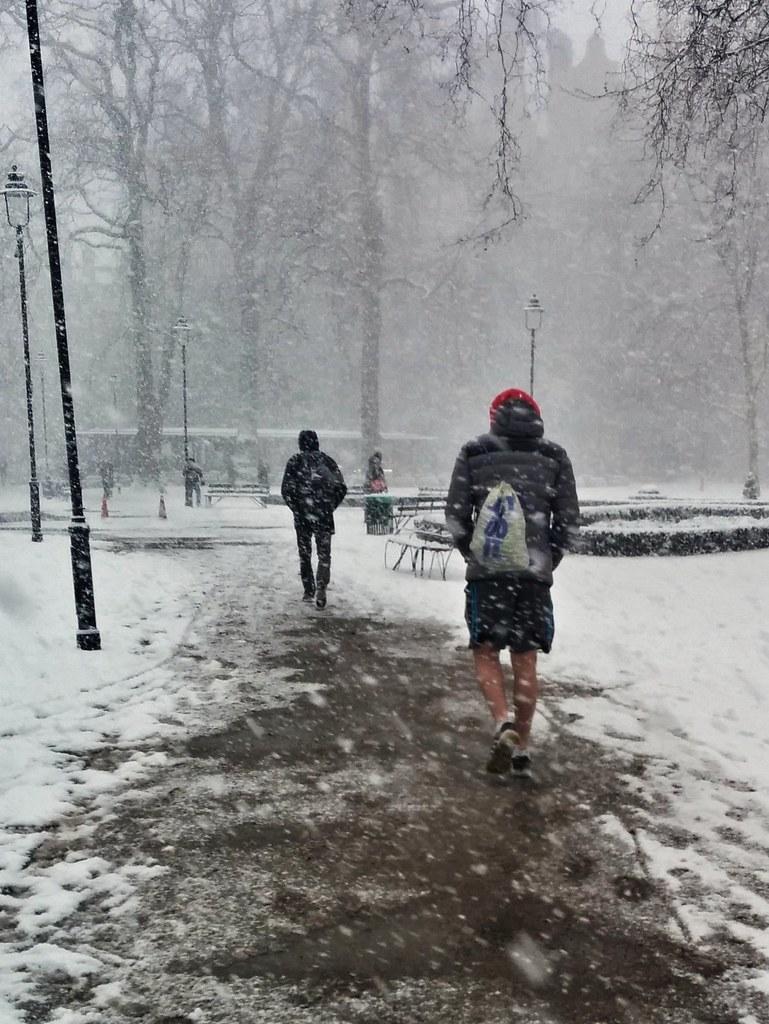 Sää on pukeutumiskysymys. Lontoo 28.2.2018.