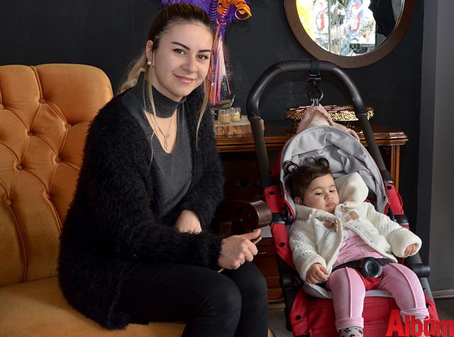 Neriman Üstün minik kızı Aden Nas Üstün ile birlikte poz verdi.
