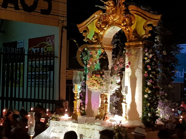 Romeiros participam de missa na Capela do Socorro antes da procissão das Candeias